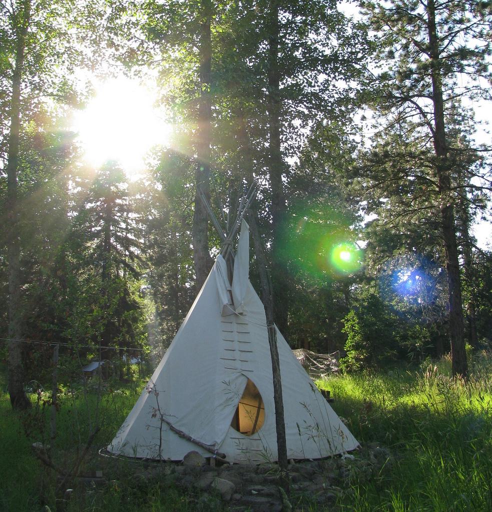 Das Zelt haben die Kinder errichtet.
