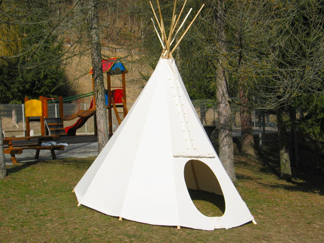 wir haben ein tipi im kindergarten in poljane aufgestellt. Black Bedroom Furniture Sets. Home Design Ideas